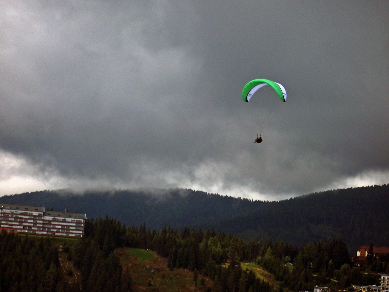 Repülés szürke felhőkkel